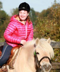 Stichting Hart in Friesland - Bûtenút: meisje op paard
