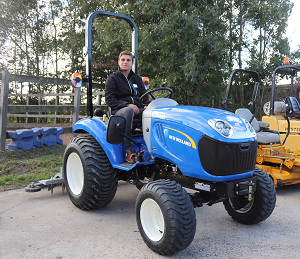 New Holland tractor met manegevlakker - Stichting Hart in Firesland