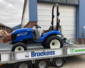 New Holland compacttractor met manegevlakker - Stichting Hart in Friesland